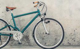 Fahrrad lehnt an der Wand